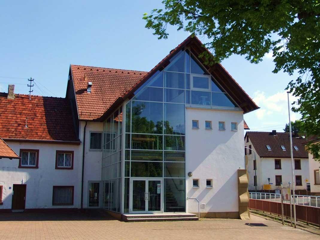 Dorfplatz und Bürgerhaus